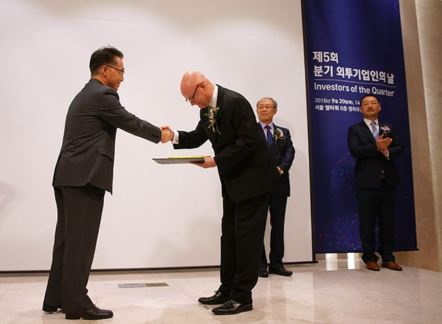 Ho Joon Lee hands over award to Jan Benggaard