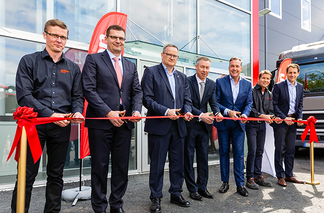 With the cutting of the red ribbon they officially opened the new customer centre in Eriksberg