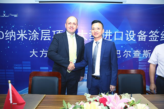 Jochen Weyandt, Head of Business Unit Automotive Solutions von Oerlikon, und Anthony Huang, Vorsitzender des Automobilunternehmens Shanghai Dafangwuyu (DFWY)