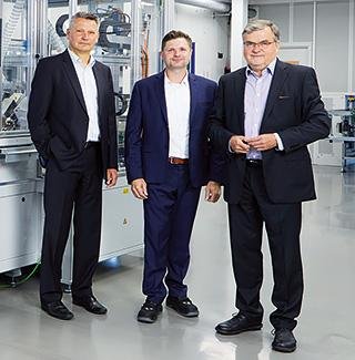 Olaf Schulz (Vitesco), Harald Schröder (Oerlikon Balzers), and Dr. Ulrich Dietel (CEO of GPP) in front of the newly designed inspection system.